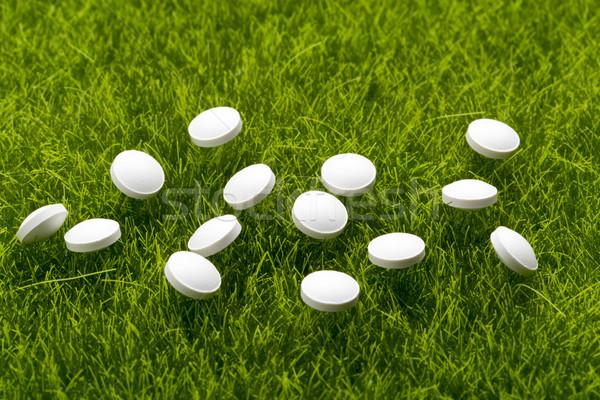白 抗生物質 錠剤 草 緑の草 医療 ストックフォト © ironstealth