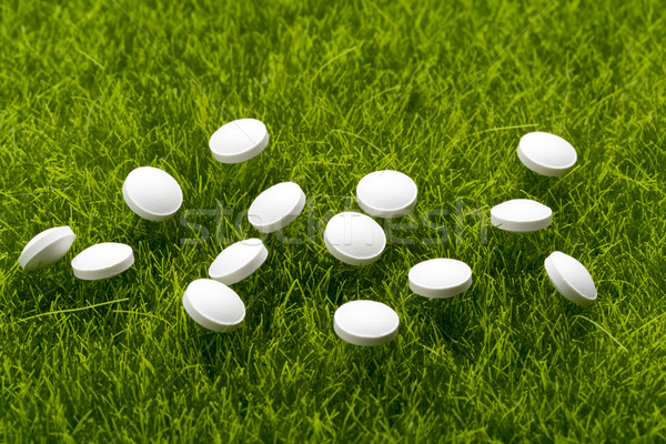 Fehér antibiotikum tabletták fű zöld fű orvosi Stock fotó © ironstealth