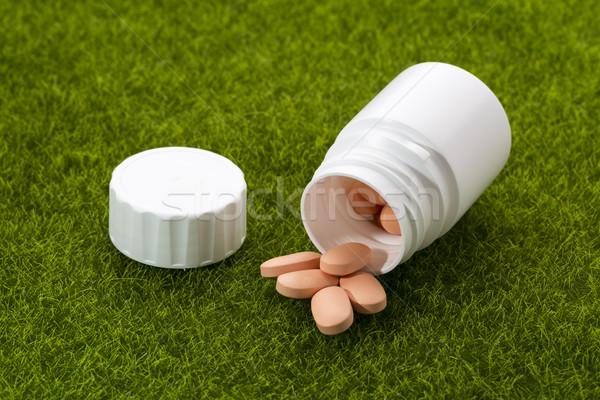 Pilules sur pilule bouteille herbe herbe verte Photo stock © ironstealth