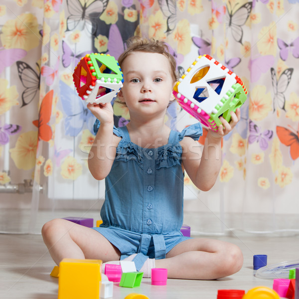 Gyönyörű lány játékok szoba mosoly boldog gyermek Stock fotó © ISerg