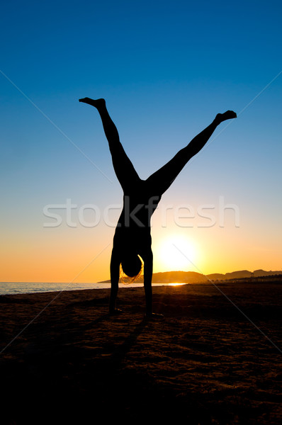 Nő tengerpart sziluett fiatal nő víz nők Stock fotó © IvicaNS