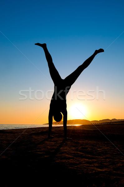 Mulher praia silhueta mulher jovem água mulheres Foto stock © IvicaNS