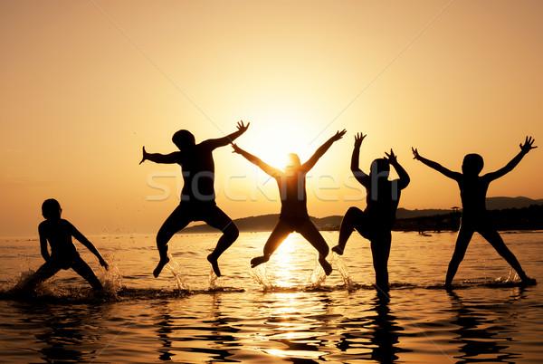 Silhouet kinderen springen strand mooie zomer Stockfoto © IvicaNS
