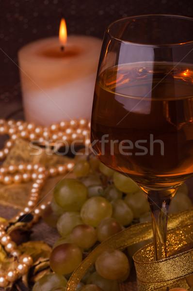 Copo de vinho vidro vinho branco uvas vela Foto stock © IvicaNS