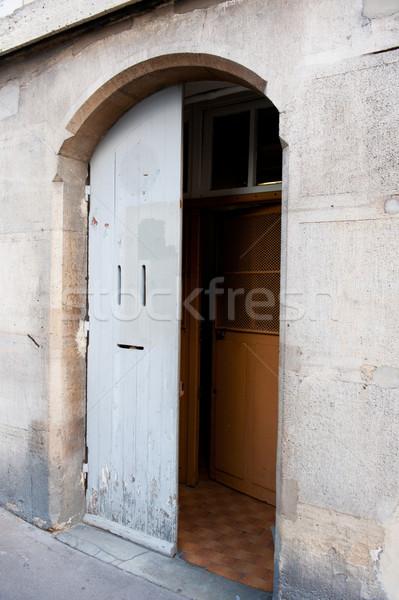 Open deur Parijs gebouw Stockfoto © ivonnewierink
