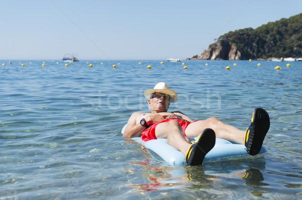 Emeryturę człowiek gry morza wody nadmuchiwane Zdjęcia stock © ivonnewierink