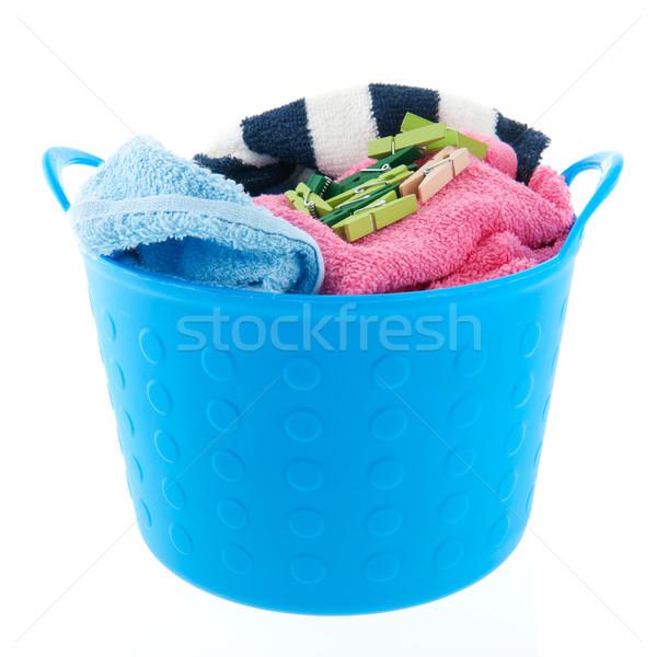 Cestino di lavanderia completo asciugamani vestiti sfondo verde Foto d'archivio © ivonnewierink