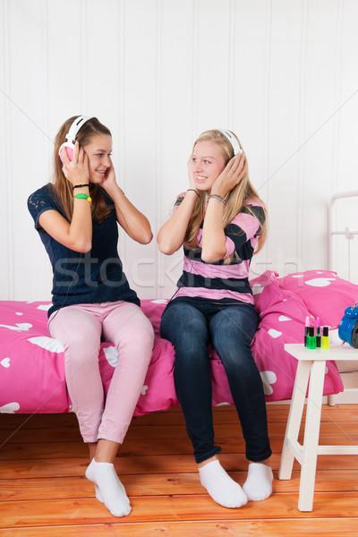 Stockfoto: Tiener · meisjes · hoofdtelefoon · twee · luisteren · naar · muziek · vrienden