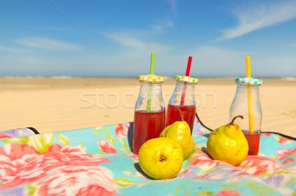 üvegek limonádé gyümölcs tengerpart kicsi piros Stock fotó © ivonnewierink