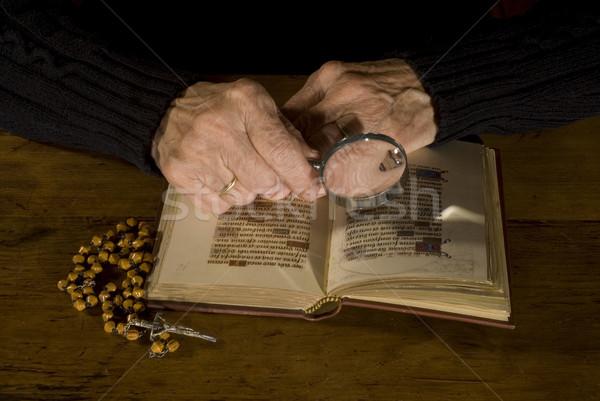 öreg kezek Biblia rózsafüzér idős személy olvas Stock fotó © ivonnewierink
