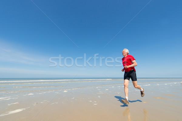 Aîné homme courir plage supérieurs coureur Photo stock © ivonnewierink