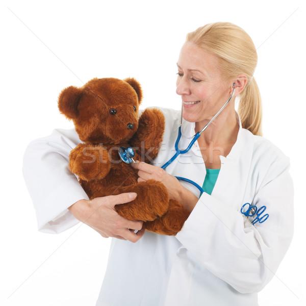Gyermekorvos töltött medve hallgat szívdobbanás orvosi Stock fotó © ivonnewierink