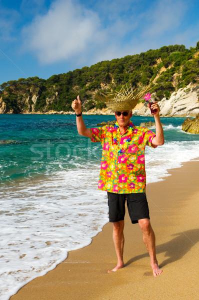 Senior homem coquetel beber praia praia tropical Foto stock © ivonnewierink