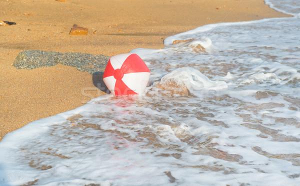 Foto d'archivio: Pallone · da · spiaggia · mare · rosso · bianco · giocare · surf