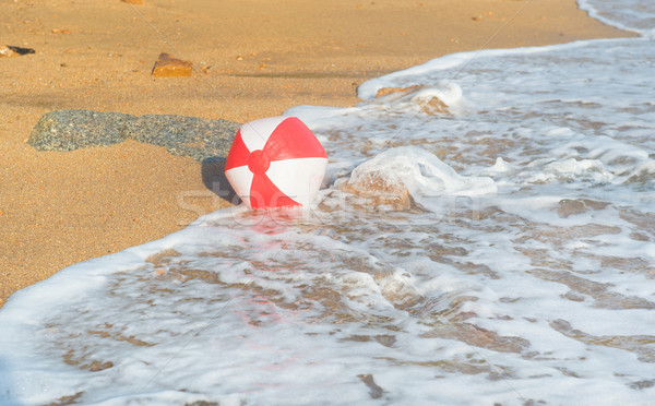 Bola de praia mar vermelho branco jogar surfar Foto stock © ivonnewierink