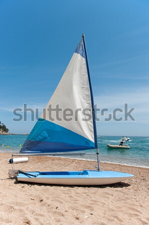 Velejar barco praia pequeno veleiro areia Foto stock © ivonnewierink