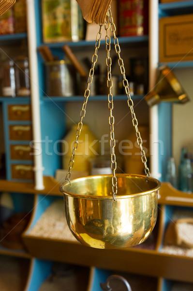 Cobre escala edad tienda colgante alimentos Foto stock © ivonnewierink