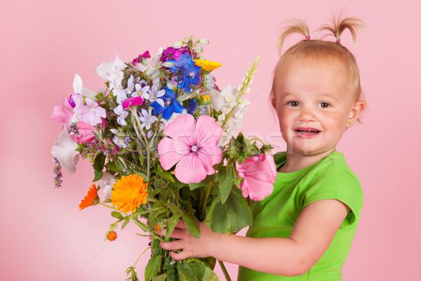 Zdjęcia stock: Dziewczyna · kwiaty · portret · bukiet · ogród