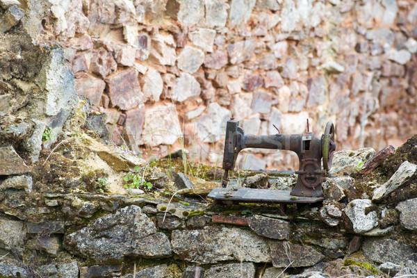 Roestige naaimachine oude vernietigd frans oorlog Stockfoto © ivonnewierink