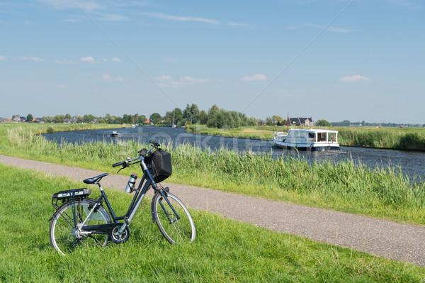 Tipic olandez peisaj râu apă bicicletă Imagine de stoc © ivonnewierink
