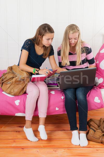 Zwei teen Gaby und Latoya ride n e harten Schwanz, der wiederum