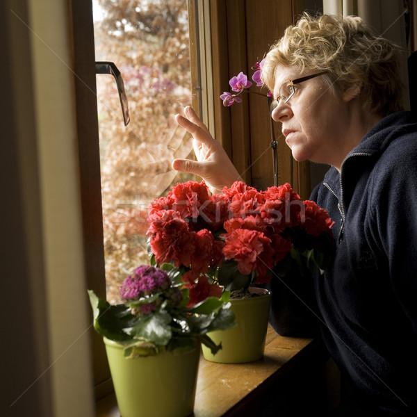 Vrouw naar buiten gelukkig verjaardag Stockfoto © ivonnewierink