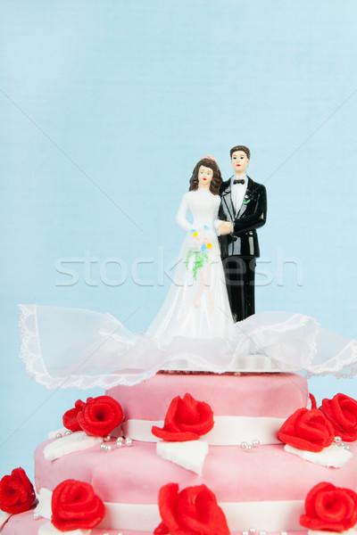 Esküvői torta pár rózsaszín vörös rózsák felső kék Stock fotó © ivonnewierink