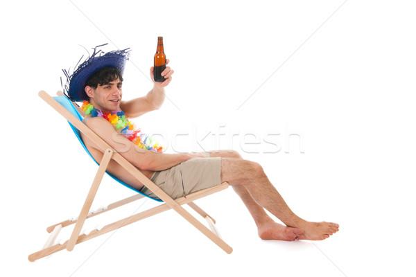 Młody człowiek plaży pitnej piwa tropikalnych hat Zdjęcia stock © ivonnewierink