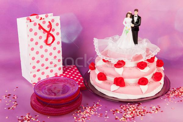 Esküvői torta pár rózsaszín vörös rózsák felső étel Stock fotó © ivonnewierink