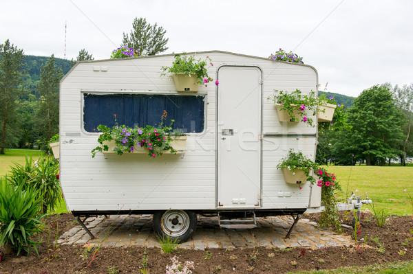 Kwiaty kemping starych karawana wiele wiszący Zdjęcia stock © ivonnewierink