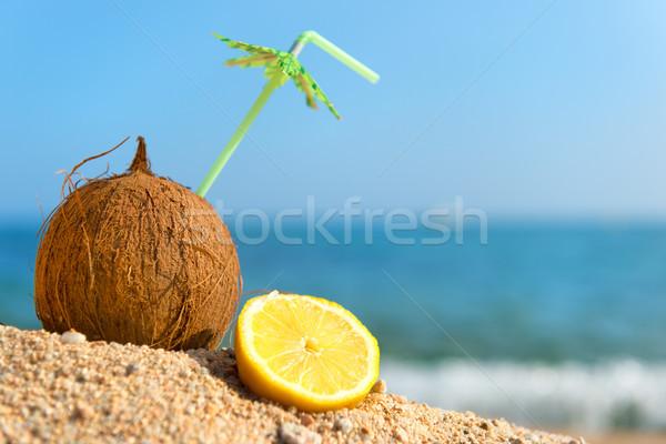 Tropikal hindistan cevizi meyve plaj içme saman Stok fotoğraf © ivonnewierink