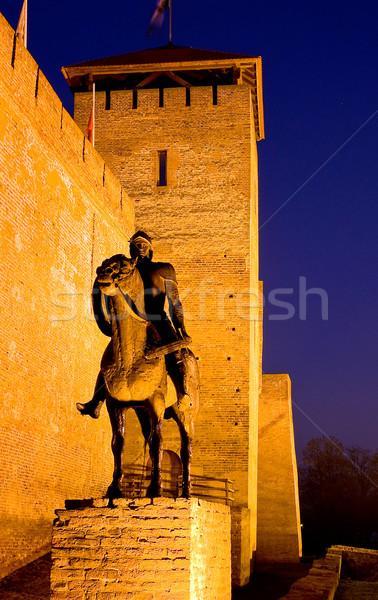 Escultura cavaleiro castelo crepúsculo Hungria azul Foto stock © jakatics