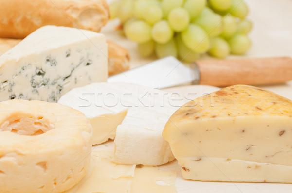 Käse Sortiment unterschiedlich Trauben Holz Schneidebrett Stock foto © jamdesign