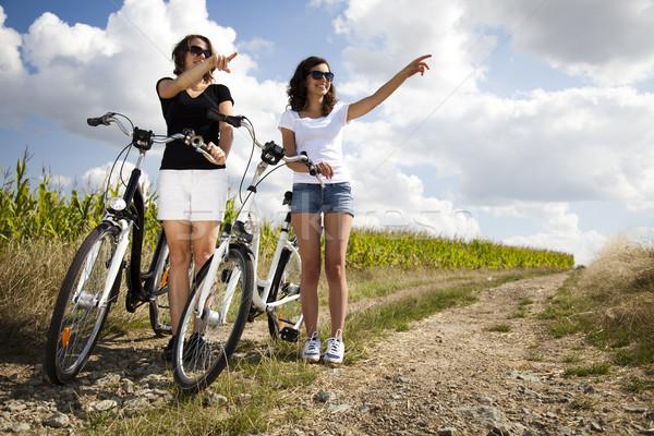 девушки верховая езда велосипедов лет свободное время женщину Сток-фото © JanPietruszka