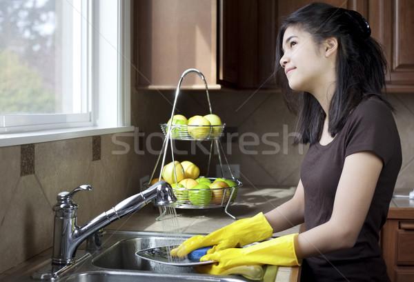 Tienermeisje afwas naar uit Stockfoto © jarenwicklund