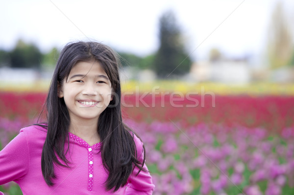 Tien jaar oude meisje glimlachend tulp Stockfoto © jarenwicklund