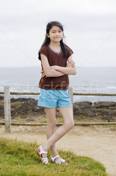 Kicsi kilenc éves lány pózol keresztbe tett kar óceán Stock fotó © jarenwicklund