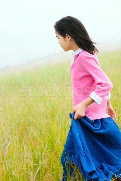 Fille courir vers le bas colline herbeux Photo stock © jarenwicklund