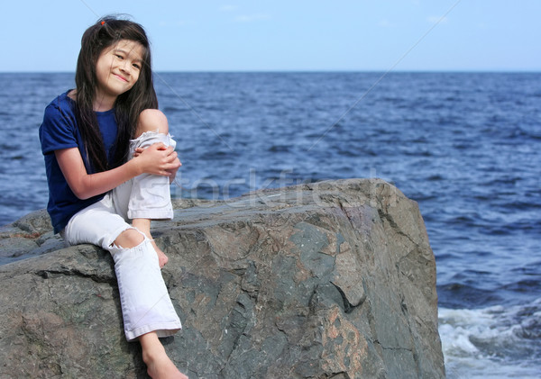 Kind genießen Seeufer kleines Mädchen Sitzung rock Stock foto © jarenwicklund
