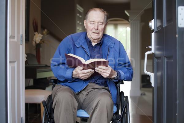 Ancianos hombre silla de ruedas puerta principal lectura Biblia Foto stock © jarenwicklund