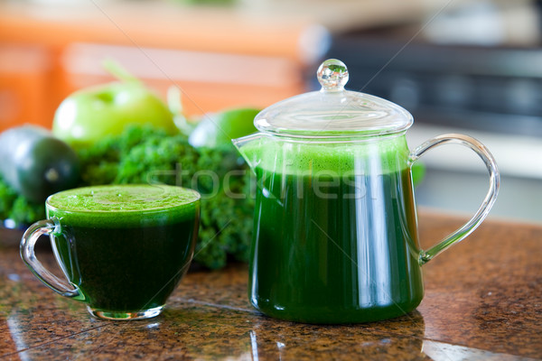 Vidro copo verde vegetal suco balcão da cozinha Foto stock © jarenwicklund