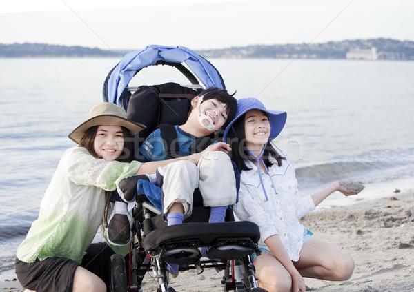 Nővérek elvesz törődés mozgássérült fivér tengerpart Stock fotó © jarenwicklund