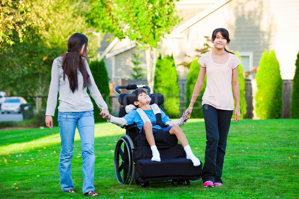 Gehandicapten weinig jongen rolstoel lopen zusters Stockfoto © jarenwicklund