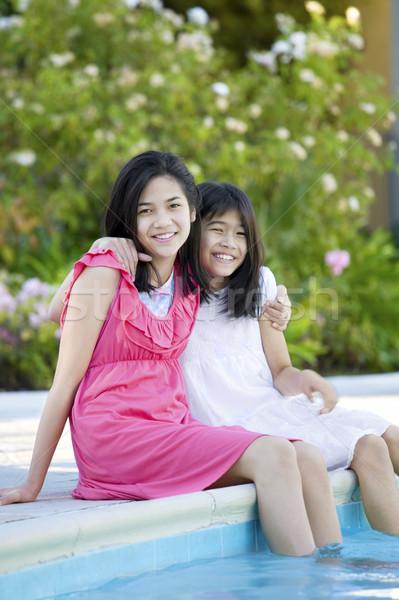 Foto stock: Dois · jovem · meninas · sessão · piscina · sorridente