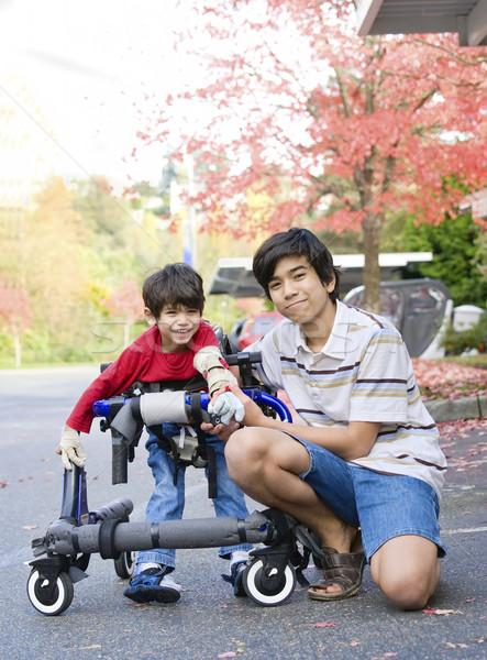 Teen jongen gehandicapten weinig broer uit Stockfoto © jarenwicklund