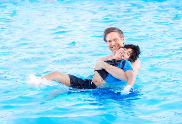 Apa úszómedence mozgássérült gyermek kaukázusi fiú Stock fotó © jarenwicklund