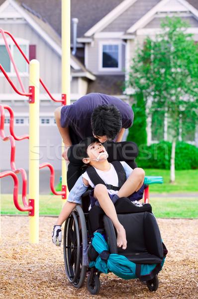 Mozgássérült fiú tolószék nagy fivér park Stock fotó © jarenwicklund