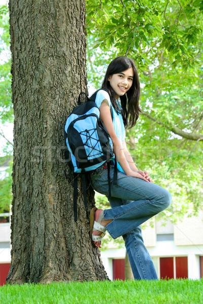 Fiatal tinilány áll hátizsák fa mosolyog Stock fotó © jarenwicklund
