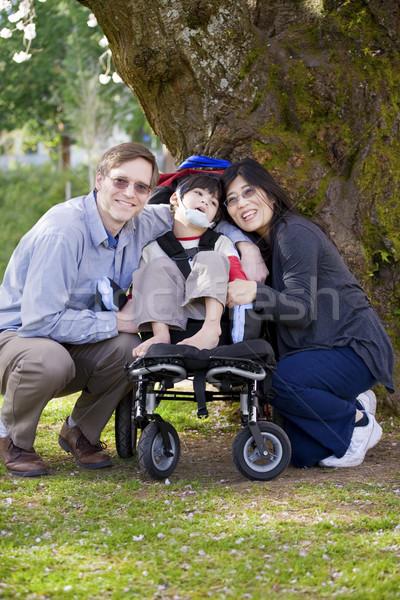 Mozgássérült gyermek szülők boldog tolószék kint Stock fotó © jarenwicklund
