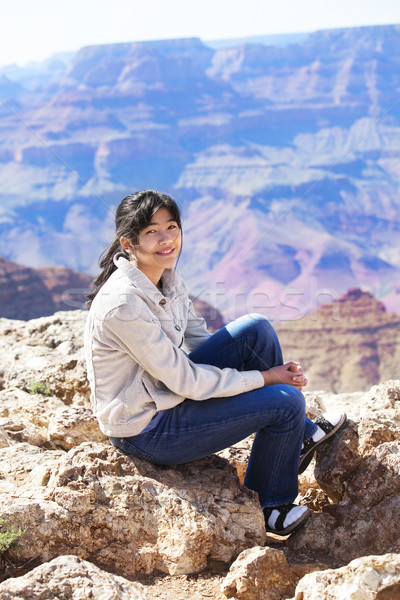 Jovem menina adolescente sessão borda Grand Canyon sorridente Foto stock © jarenwicklund